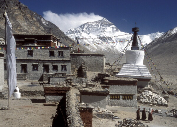 Drei Nonnen beim Rongai Kloster, der Mount Everest (Photo: Felix Berg, 2004)